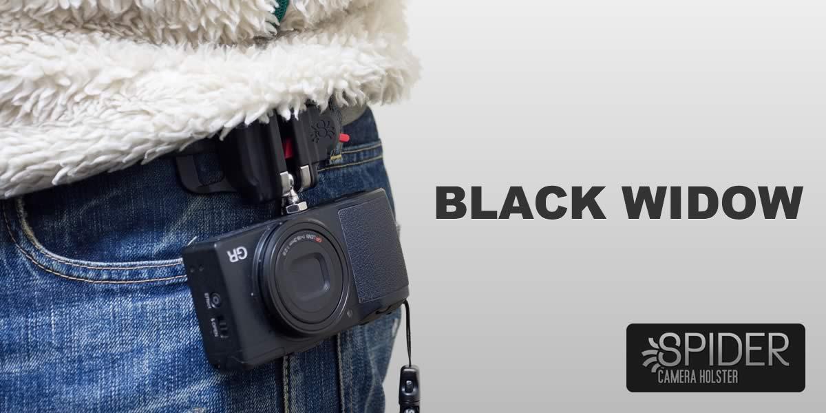 ベルトループにカメラを固定する「Black Widow Holster」